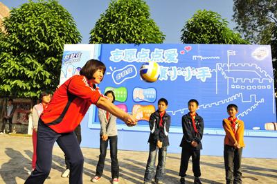 郎平教小学生打排球 健康长城工程 志愿者活动 郎平担任健高清图片